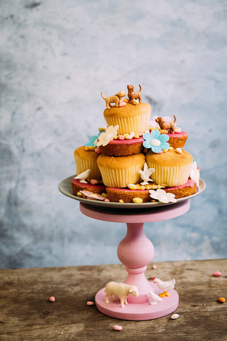 Cupcakes with eatable flowers and animal decorations