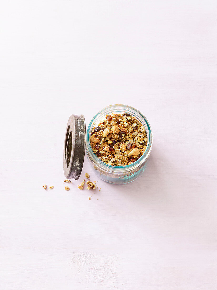 Power granola with amaranth and cashew nuts