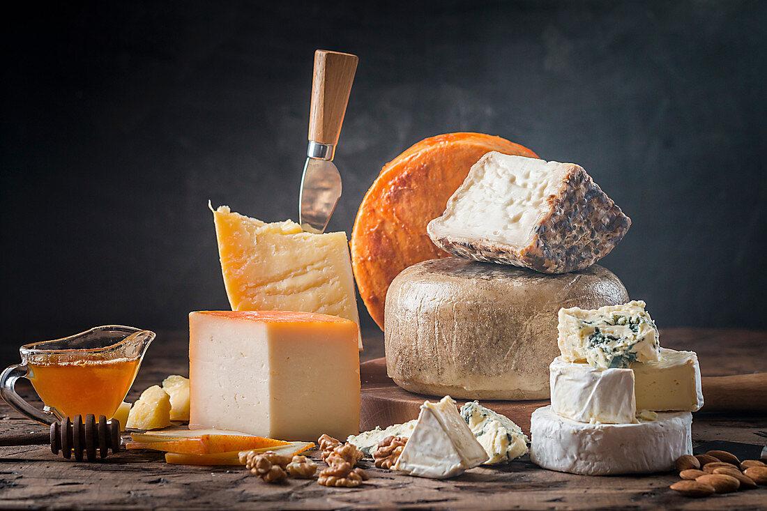 Verschiedene Käsesorten auf rustikalem Holztisch
