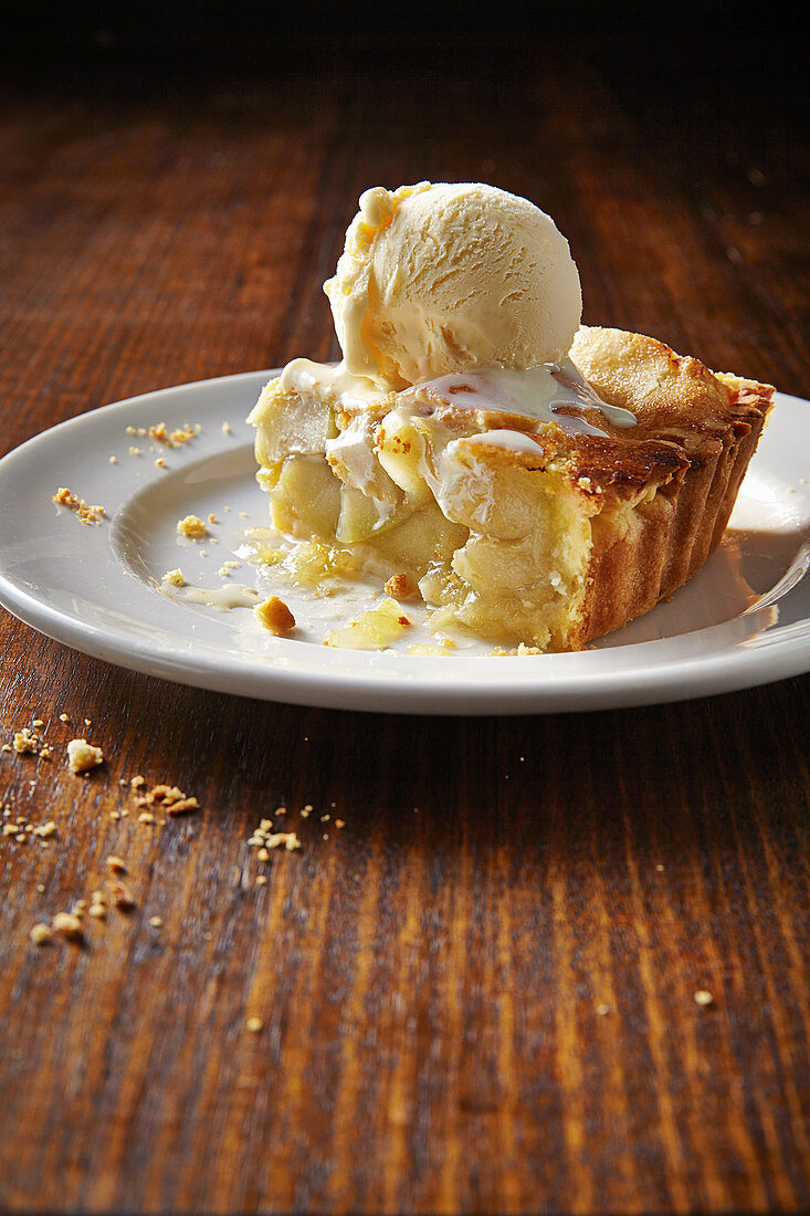 Apple pie with cheddar crust and ice cream