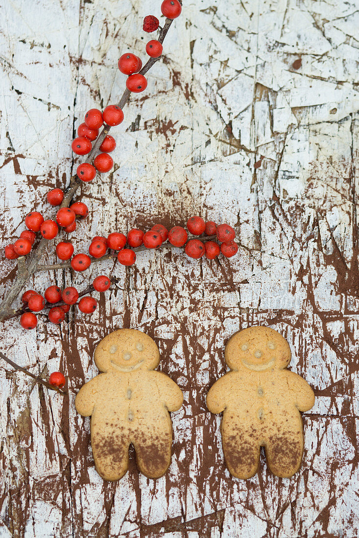 Gingerbread men with cocoa powder and holly