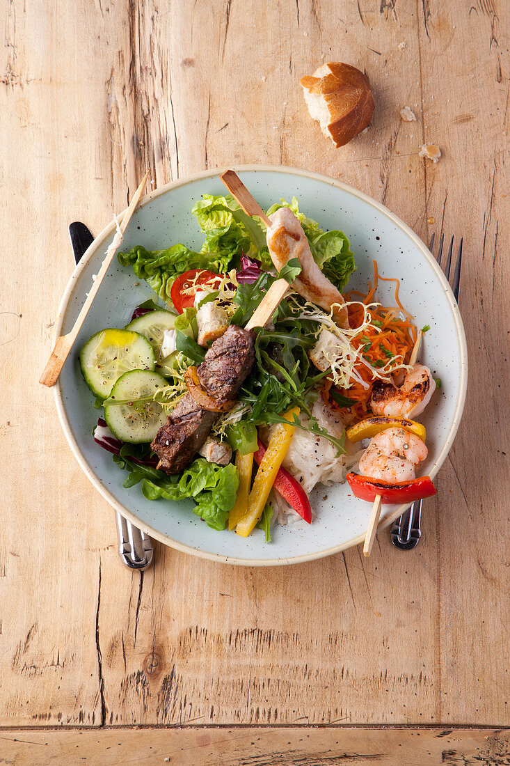 Andalusian salad with colourful skewers