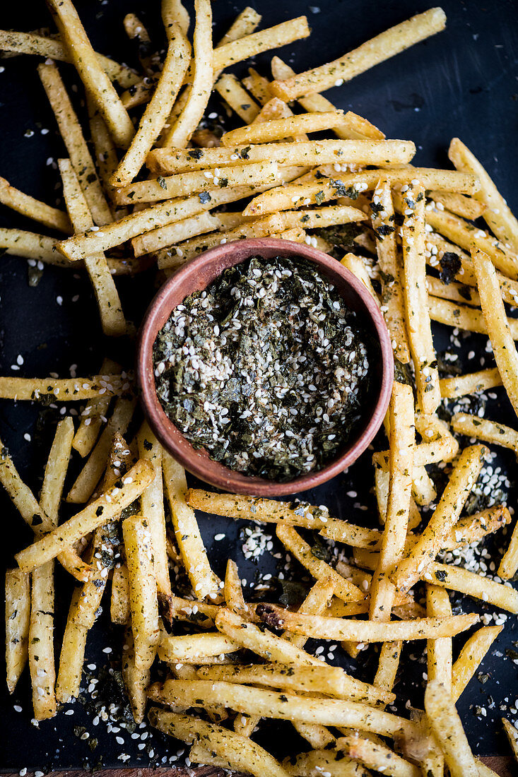Chips with algae and sesame seeds