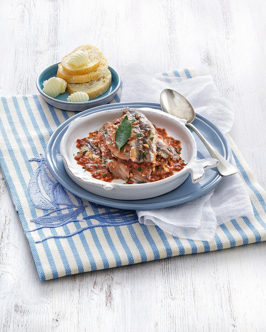 Sardellen in Tomatensauce mit Rotweinessig