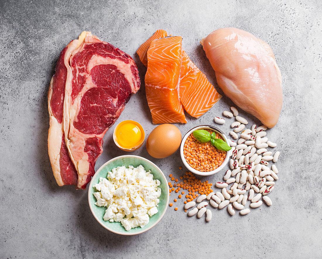 Proteinhaltige Lebensmittel: Fleisch, Fisch, Geflügel, Eier, Käse und Hülsenfrüchte