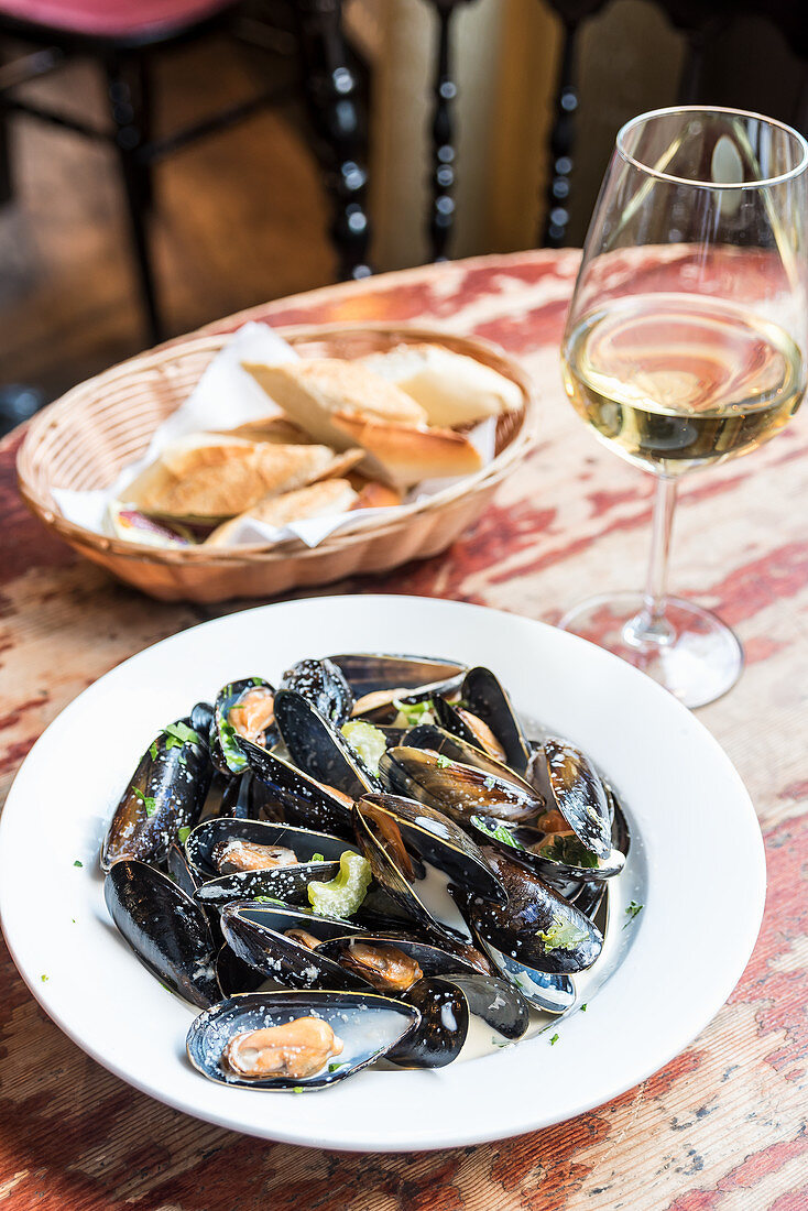 Mussels in white sauce with herbs and bread