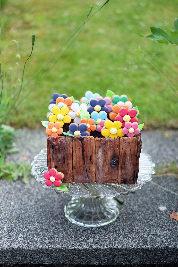 Blueberry and lemon cake in the shape of a flower box