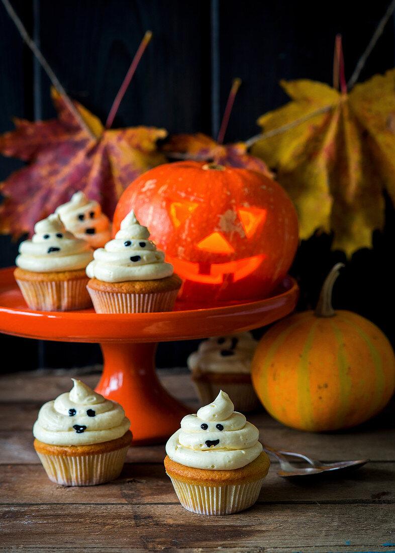 Halloween-Cupcakes mit Gespensterdekoration