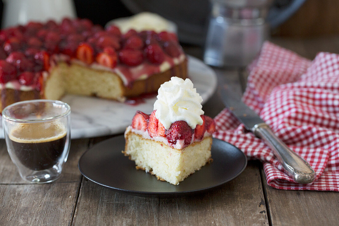 Strawberry cake with vanilla pudding and whipped cream