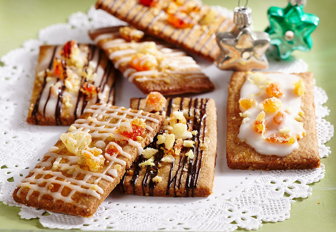 Fruity gingerbread with various sugar decorations