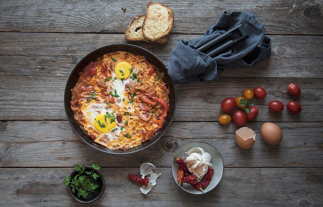 Shakshuka mit Tomaten, Paprika, Zwiebeln und Eiern