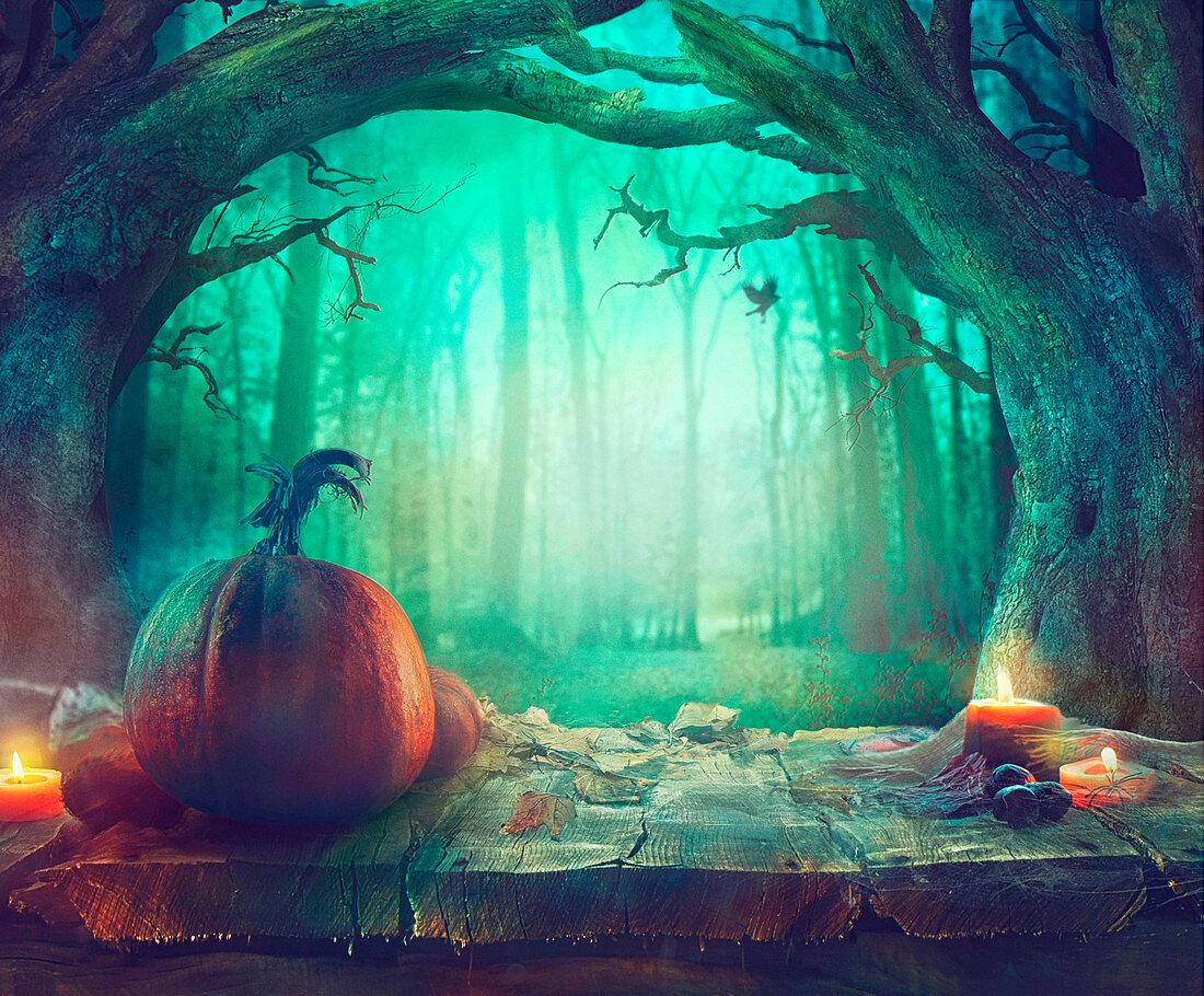 Halloween-Stillleben mit Kürbissen auf Holztisch im dunklen Wald