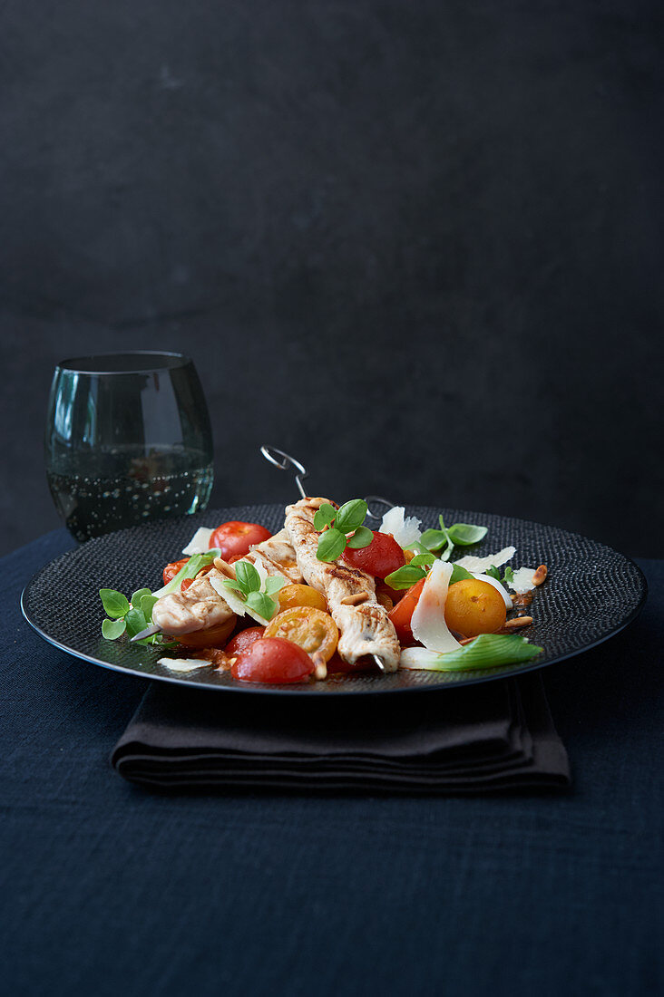 Colourful tomato salad with turkey skewers