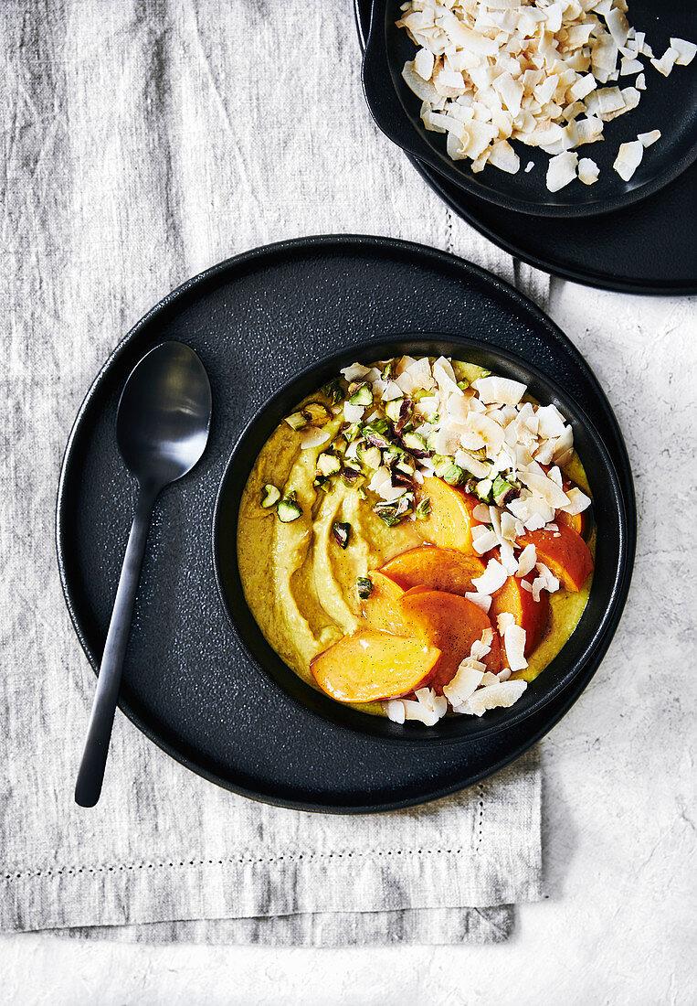 Winterlicher Quinoa-Porridge mit Kurkuma, Kaki, Kokos und Pistazien