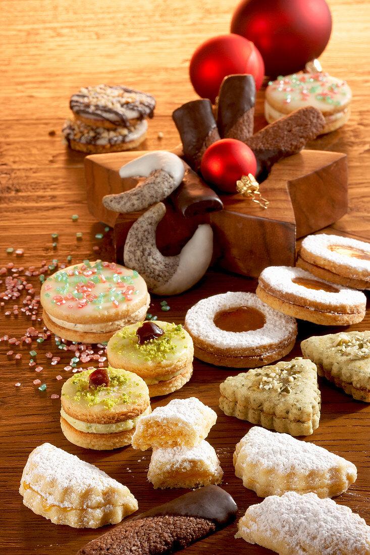 Weihnachtsgebäck aus Österreich (Mostkekse, Linzer Augen, Mohnkipferl mit Zitronenglasur, Wiener Schokoladenzungen)