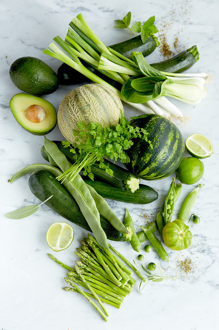 Stillleben mit grünen Lebensmitteln (Aufsicht)
