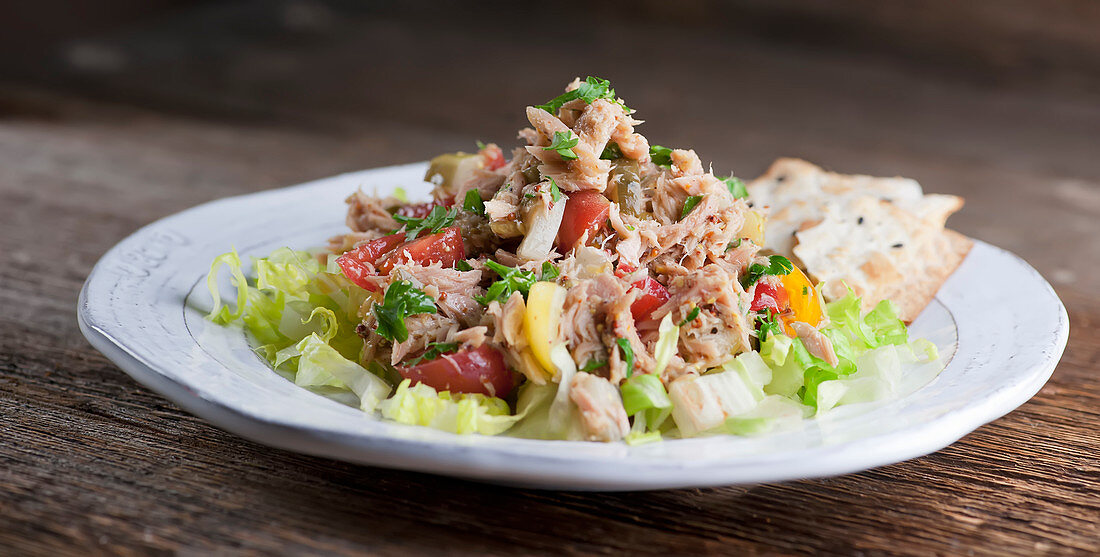 Tuna salad with tomatoes and crackers on a dish