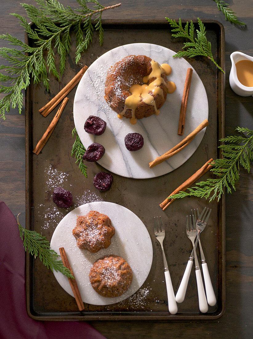Winterlicher Englischer Pudding mit Feigen und Zimt (Aufsicht)