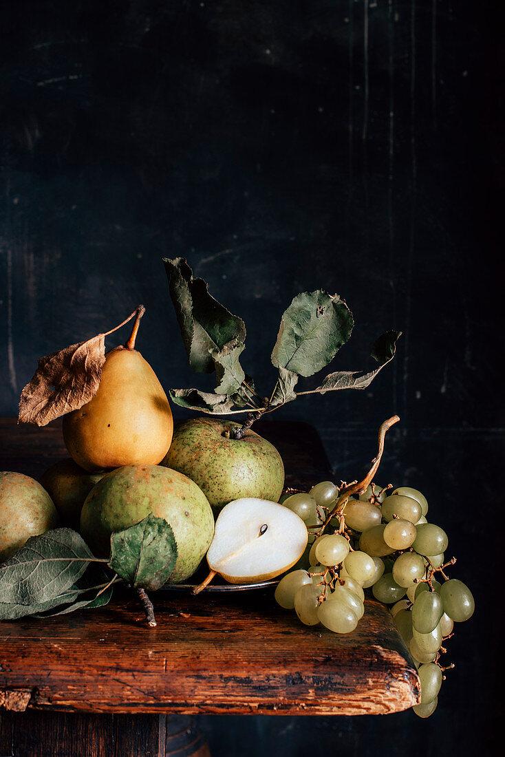 Stillleben mit Äpfeln, Birnen und Trauben