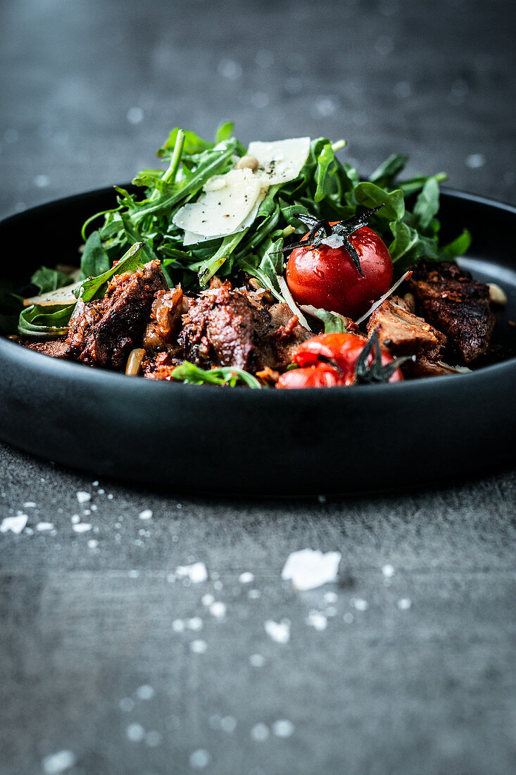 Steak with pesto, tomatoes and rocket (low carb)