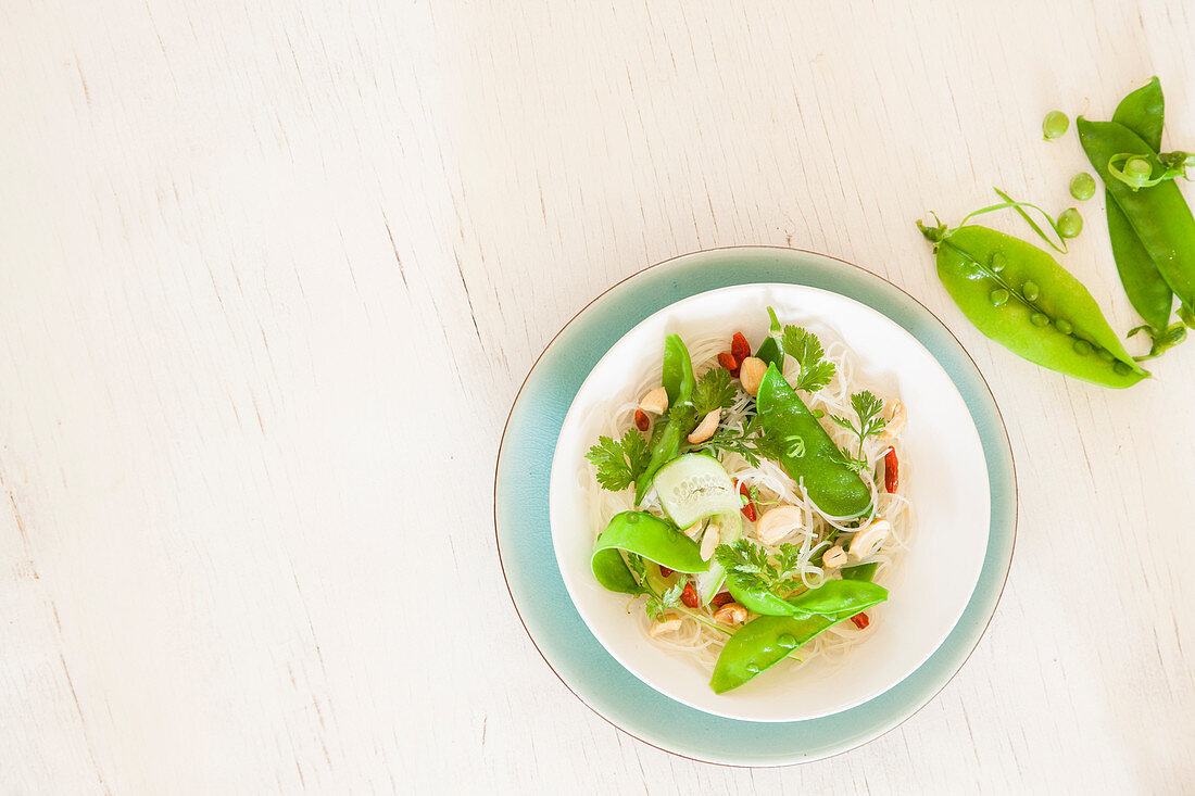 Glass noodles with mangetout, goji berries and peanuts (top view)