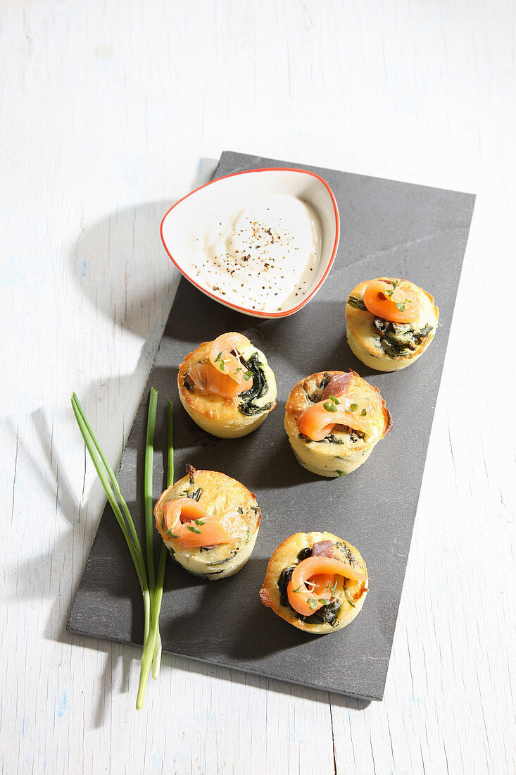 Spinach muffins with smoked salmon and a cheese dip