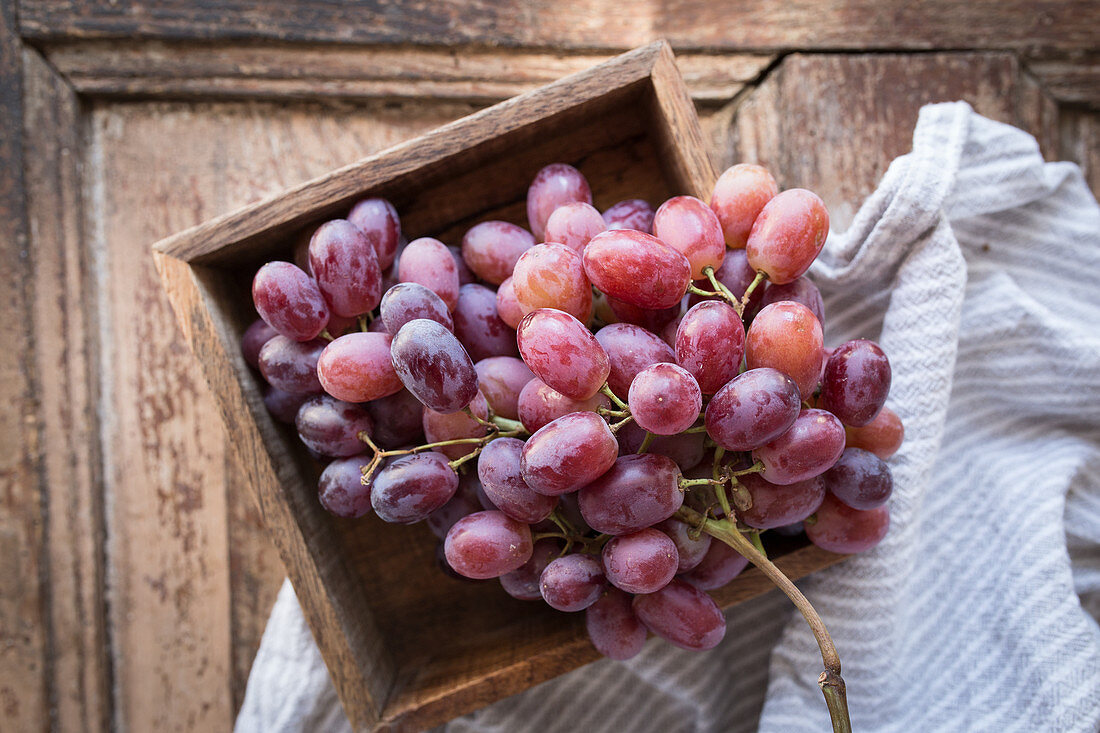 Red grapes in a wooden crate