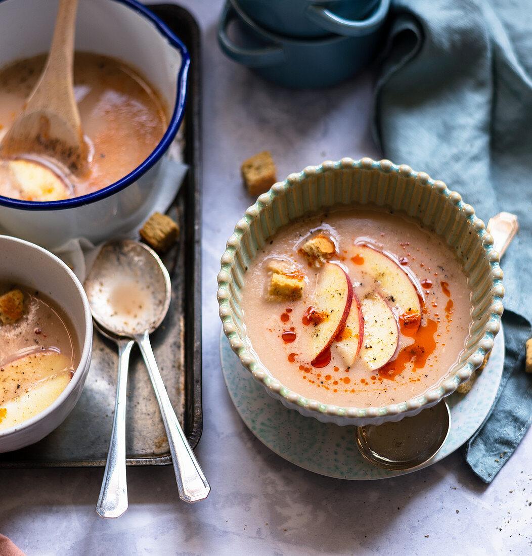 Apfelsuppe mit Pfeffer-Pesto-Öl und Kräutercroutons