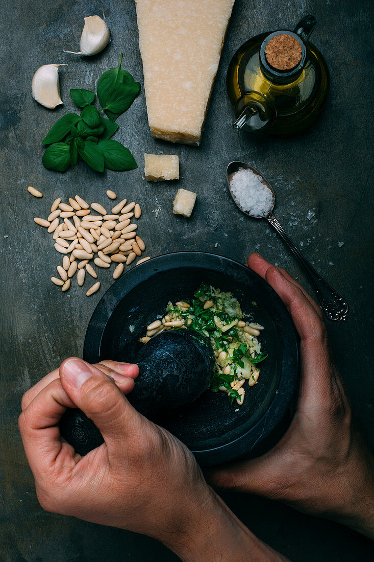 Pesto Genovese im Mörser zubereiten