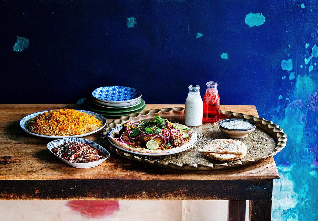 Mariniertes Lamm mit Naan, Salat, Chutney und Banjaan Borani (Afghanistan)