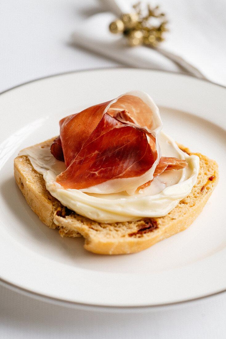 Tomato bread with Occelli butter and Serrano ham