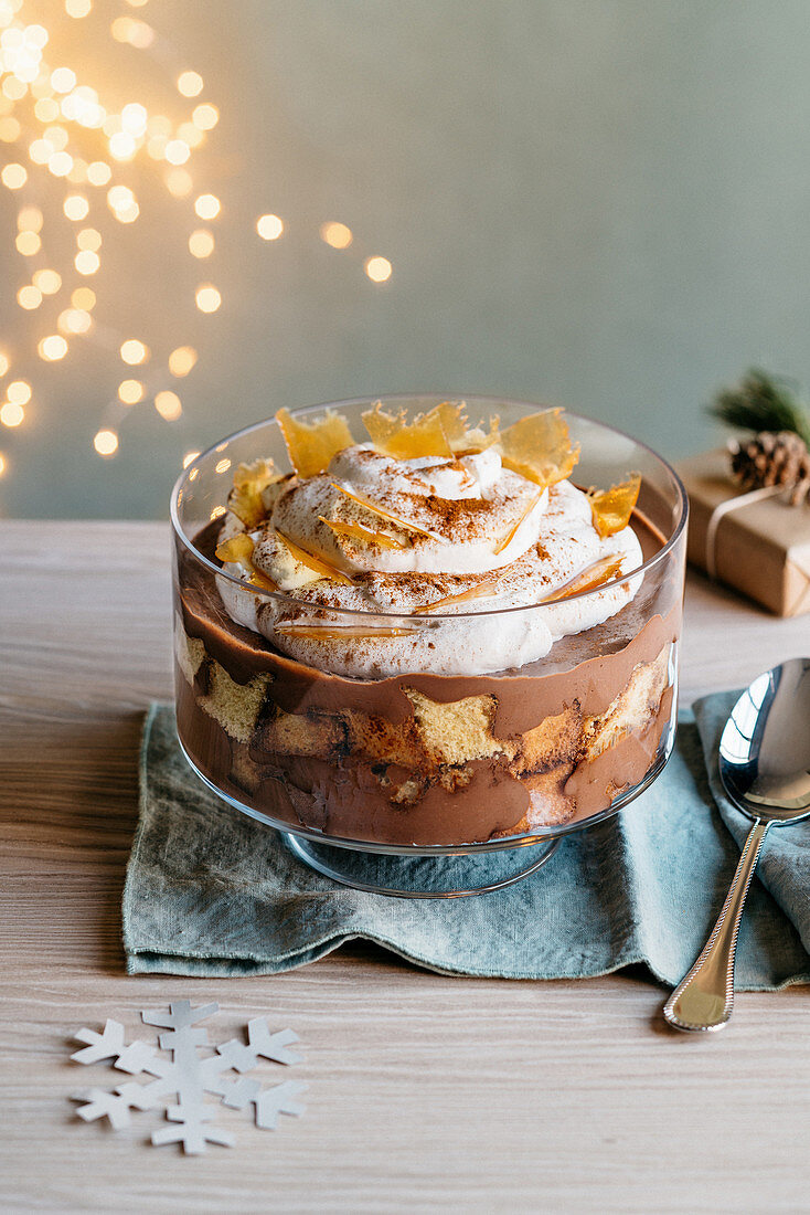 Christmas trifle with chocolate cream, Pandoro and honey caramel