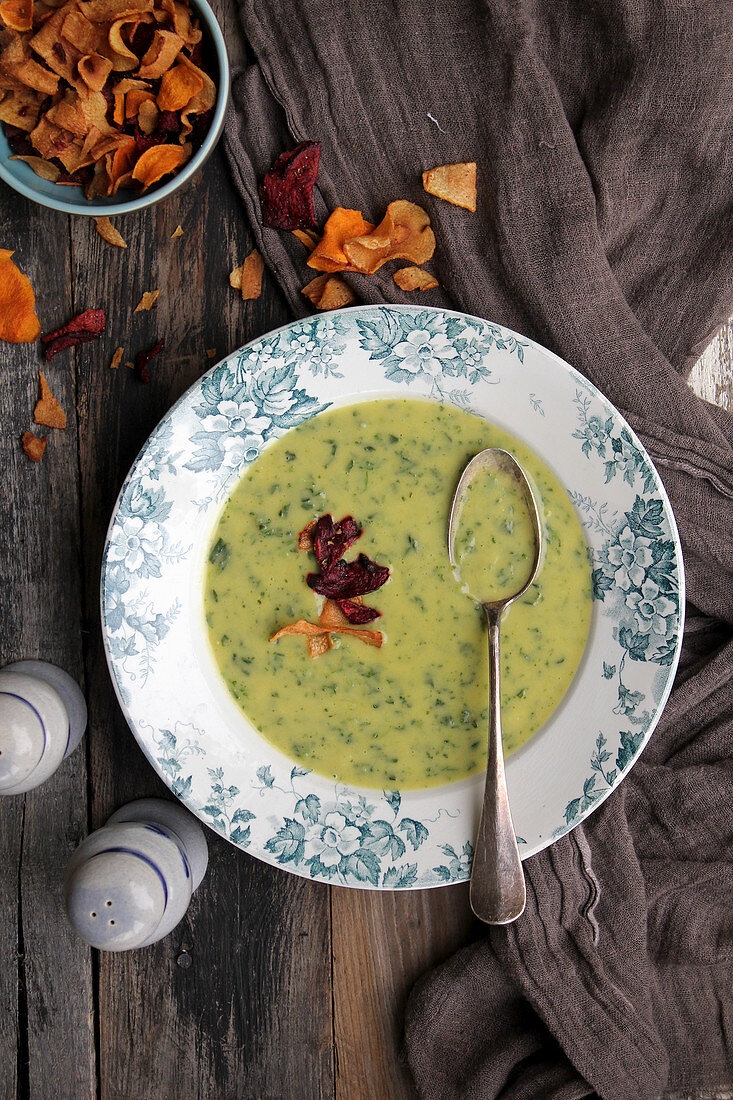 Pea cream soup with vegetable chips