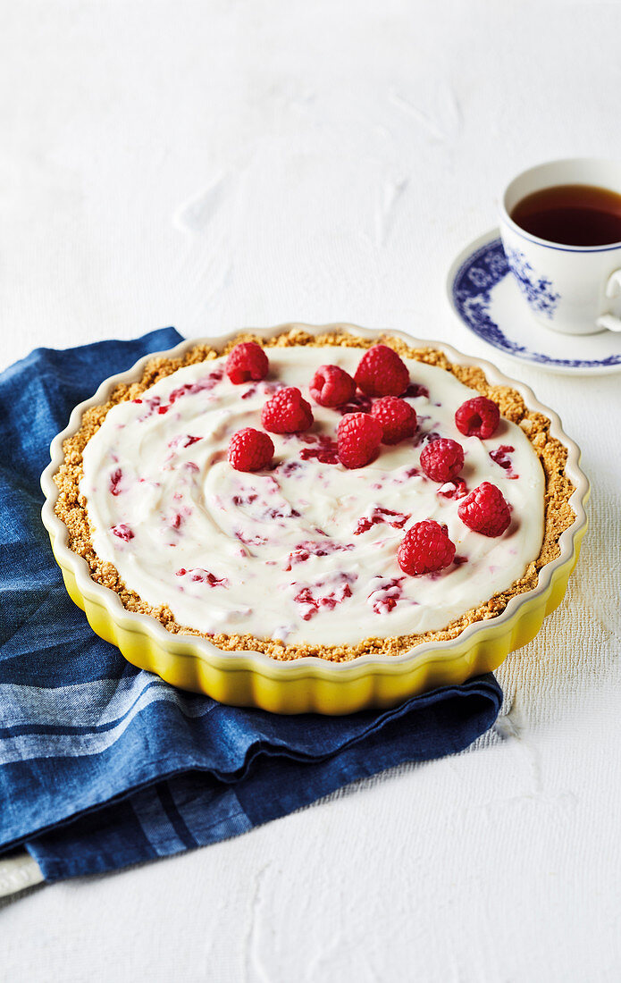Low-fat yoghurt cheesecake with raspberries
