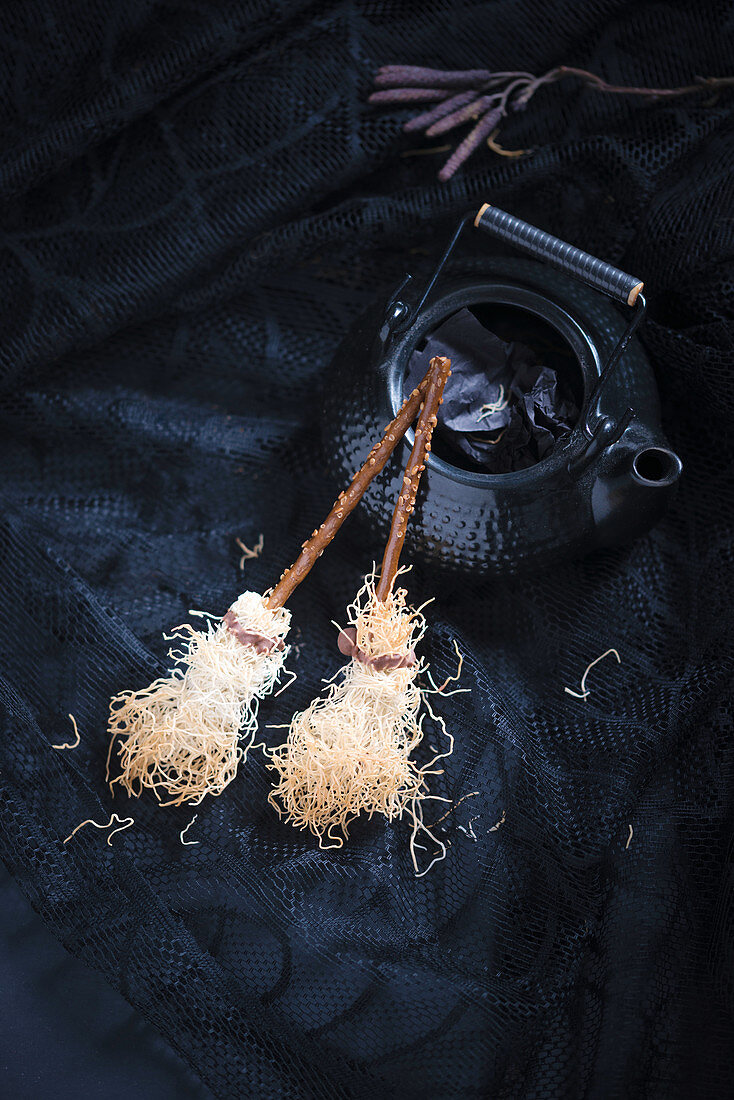 Halloween witch broomsticks (vegan biscuits made with sesame sticks and kadaifi)
