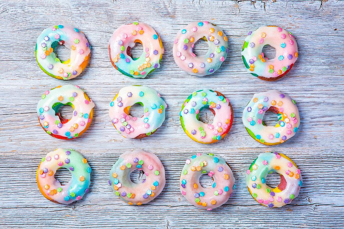 Regenbogen-Donuts mit Zuckerglasur