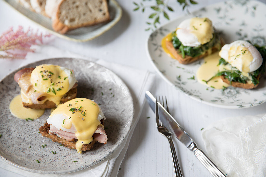 Poached eggs on toast with ham, spinach and hollandaise sauce