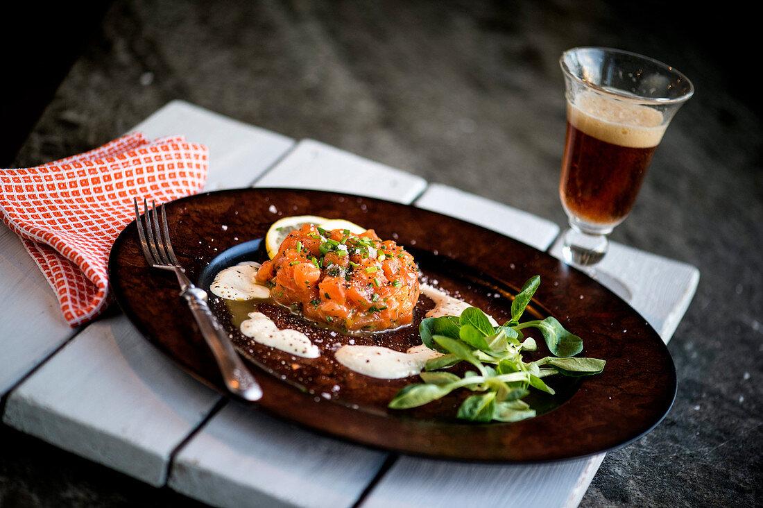 Salmon tartare with lamb's lettuce