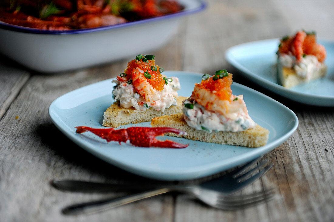 Canapés with crayfish and horseradish