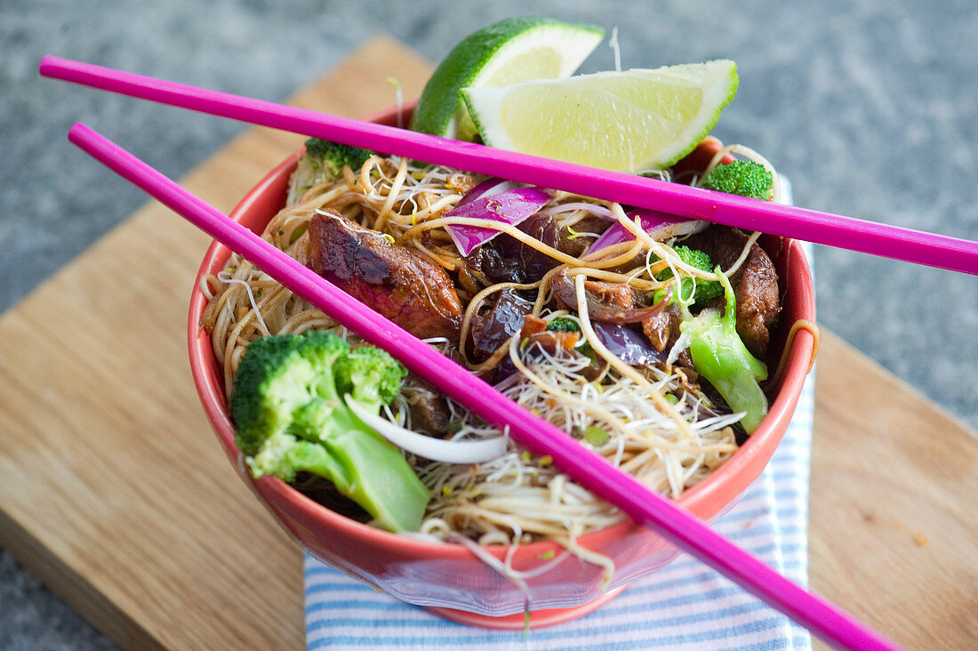 Sticky pork with noodles, beansprouts and broccoli (China)