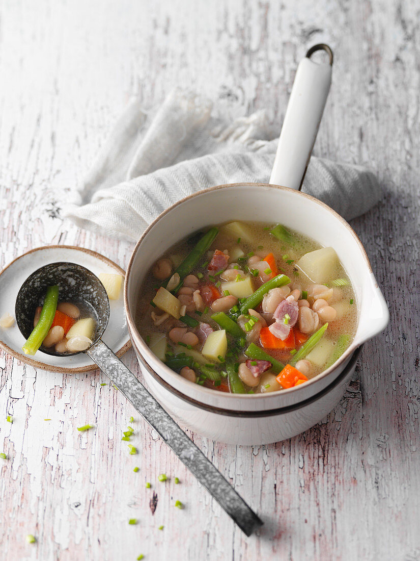 Chicken soup with bacon, apples and pears