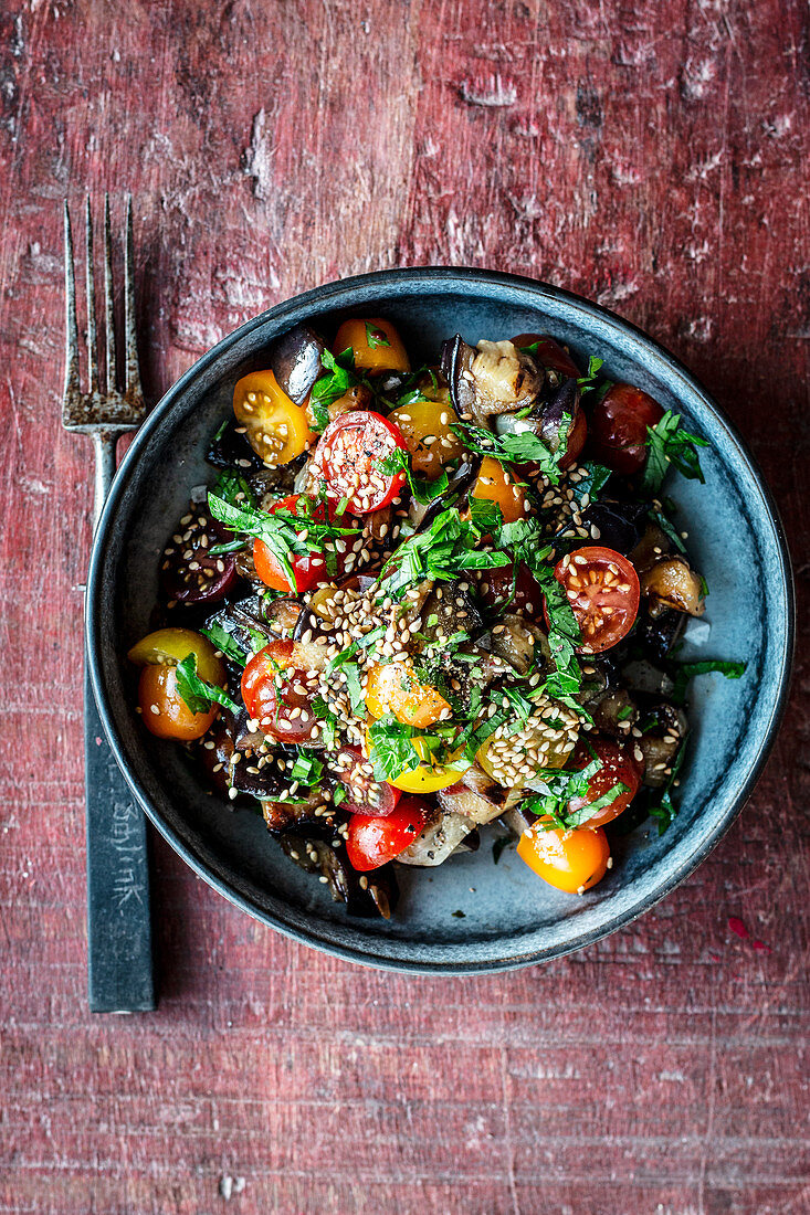 Aubergine salad with tomatoes and sesame seeds (seen from above)