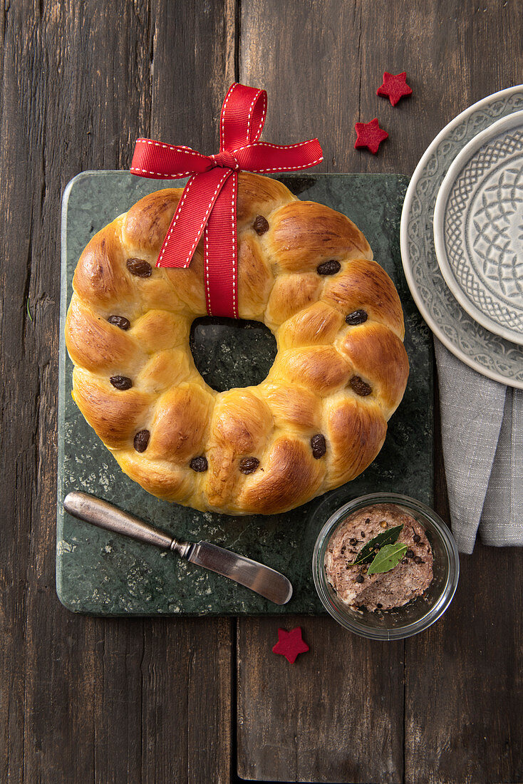 A festive cardamom and raisin bread wreath