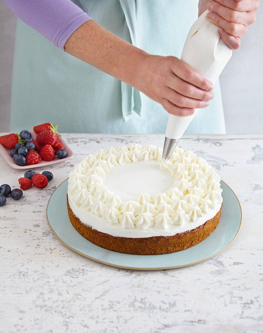 Sponge cake with mascarpone topping