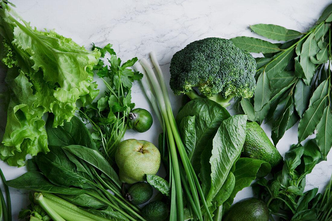 Grünes Gemüse und Früchte