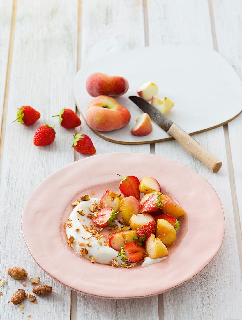 Caramelised peaches with quark cream and strawberries