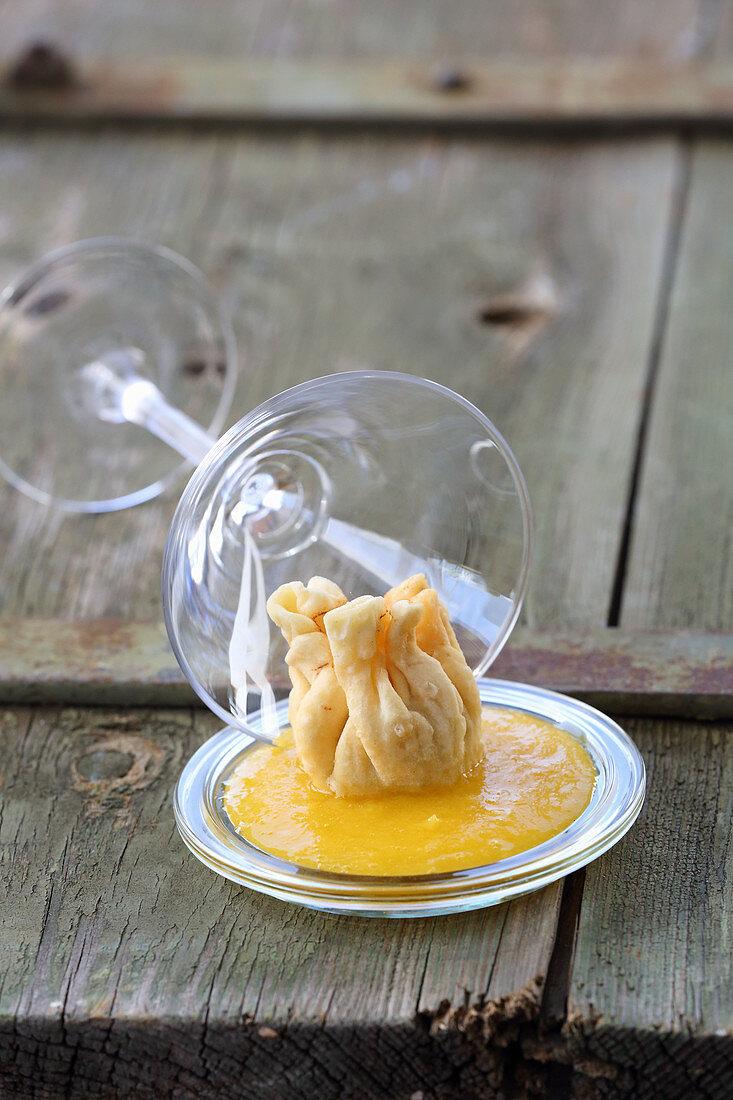 Crab dumpling in pastry with mango cream