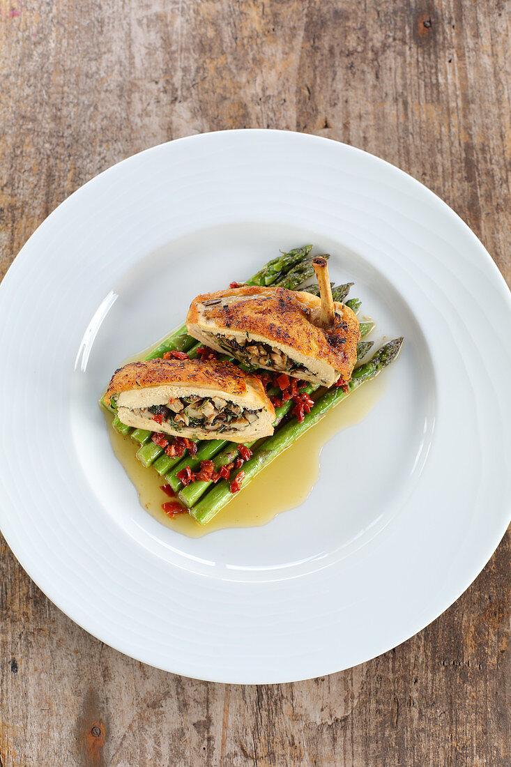 Corn-fed chicken breast with a mushroom filling, asparagus and tomato butter
