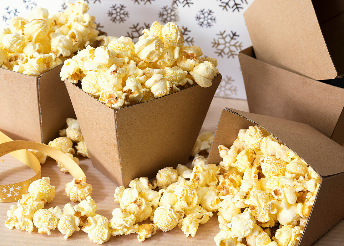 Selbstgemachtes Ahornbutter-Popcorn serviert in Pappschachteln