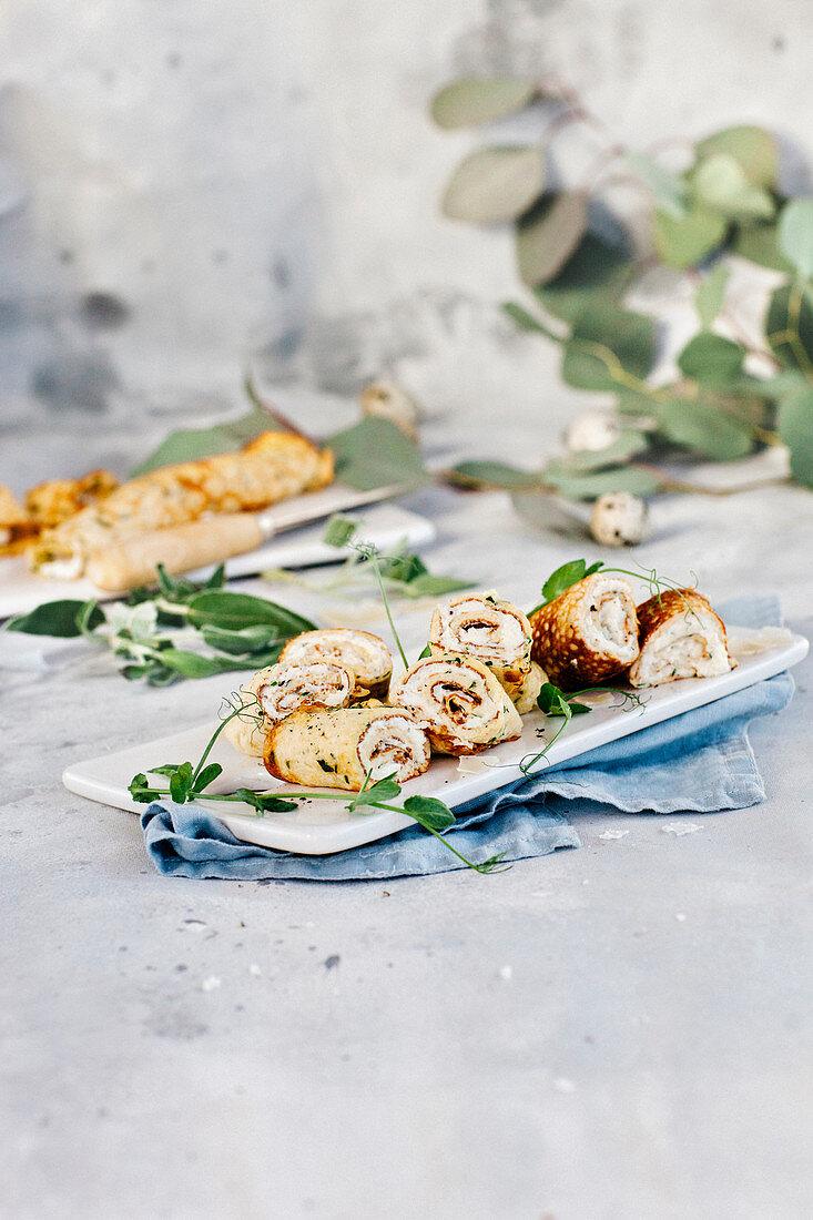 Omelettröllchen mit Ricotta- und Kräuterfüllung